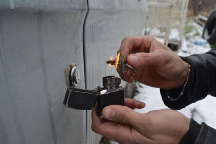 Нагревание ключа зажигалкой