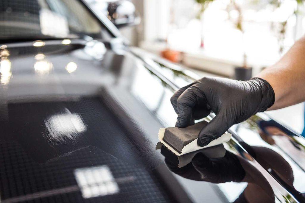 Нанесение слоя жидкого стекла на автомобиль