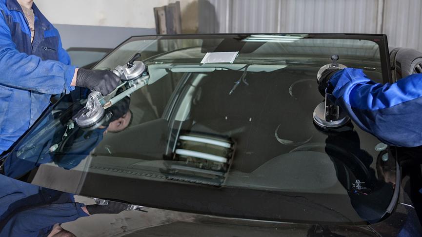 Снимаем стекло при помощи специальных присосок