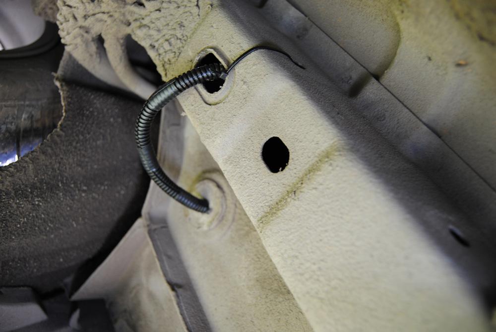Протаскиваем провода от датчиков в багажник