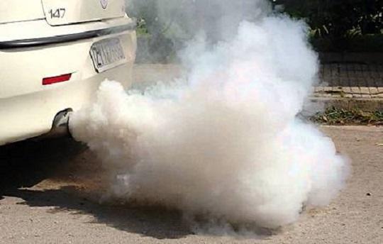 Белый дым из выхлопной системы автомобиля с пробитой прокладкой ГБЦ